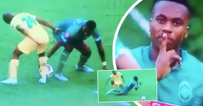 La folie en Afrique: le joueur dribble le ballon avec ses mains, remporte un penalty et danse comme un oiseau