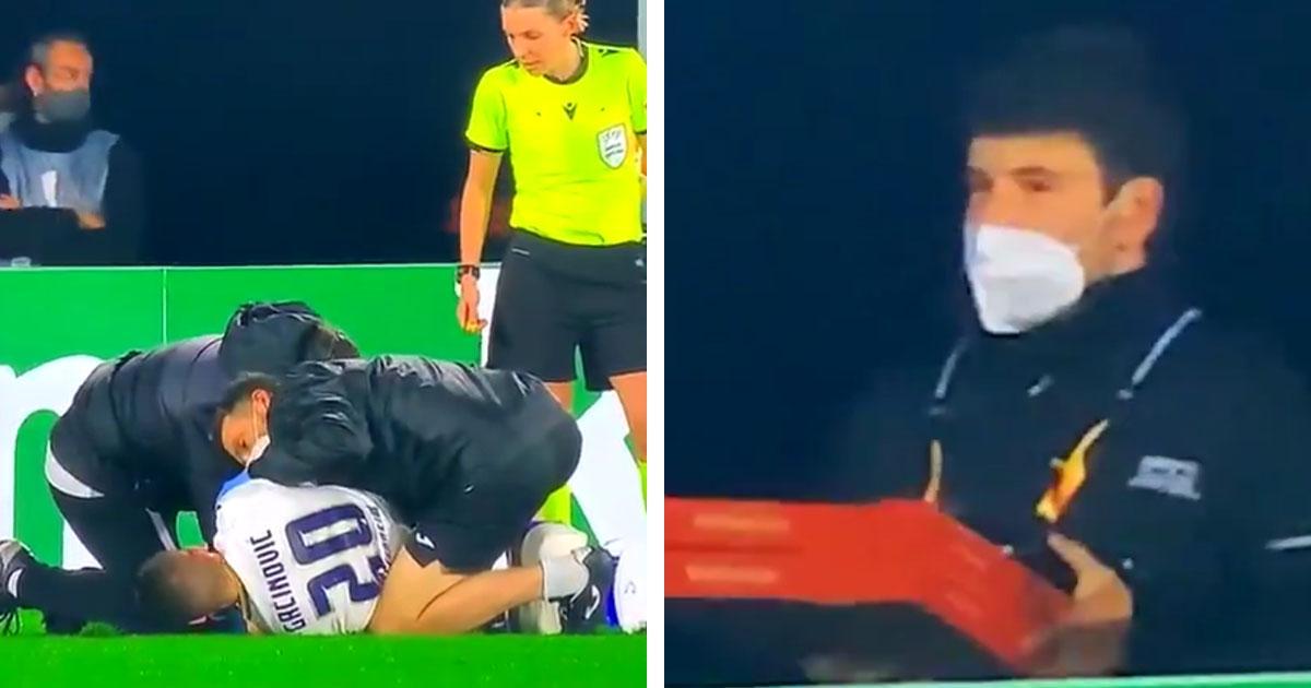 Un steward choqué apporte une pizza alors que le joueur est soigné lors d'une rencontre
