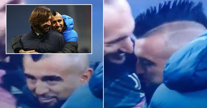 La star dell'Inter Arturo Vidal sorpreso a baciare lo stemma della Juventus proprio prima della partita Inter-Juve